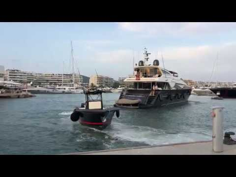 Loads of yachts docking! how to dock a yacht. watch until the end for big yacht docking